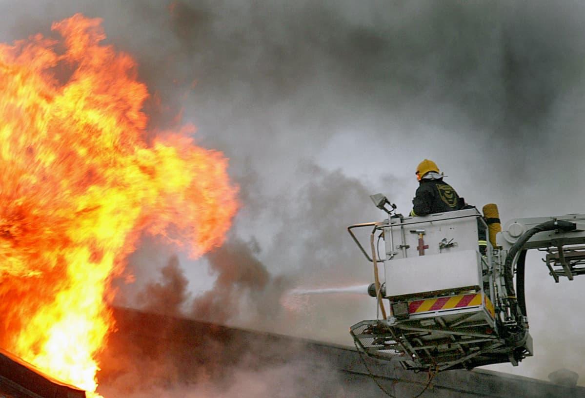 Palomies sammuttaa tulipaloa.