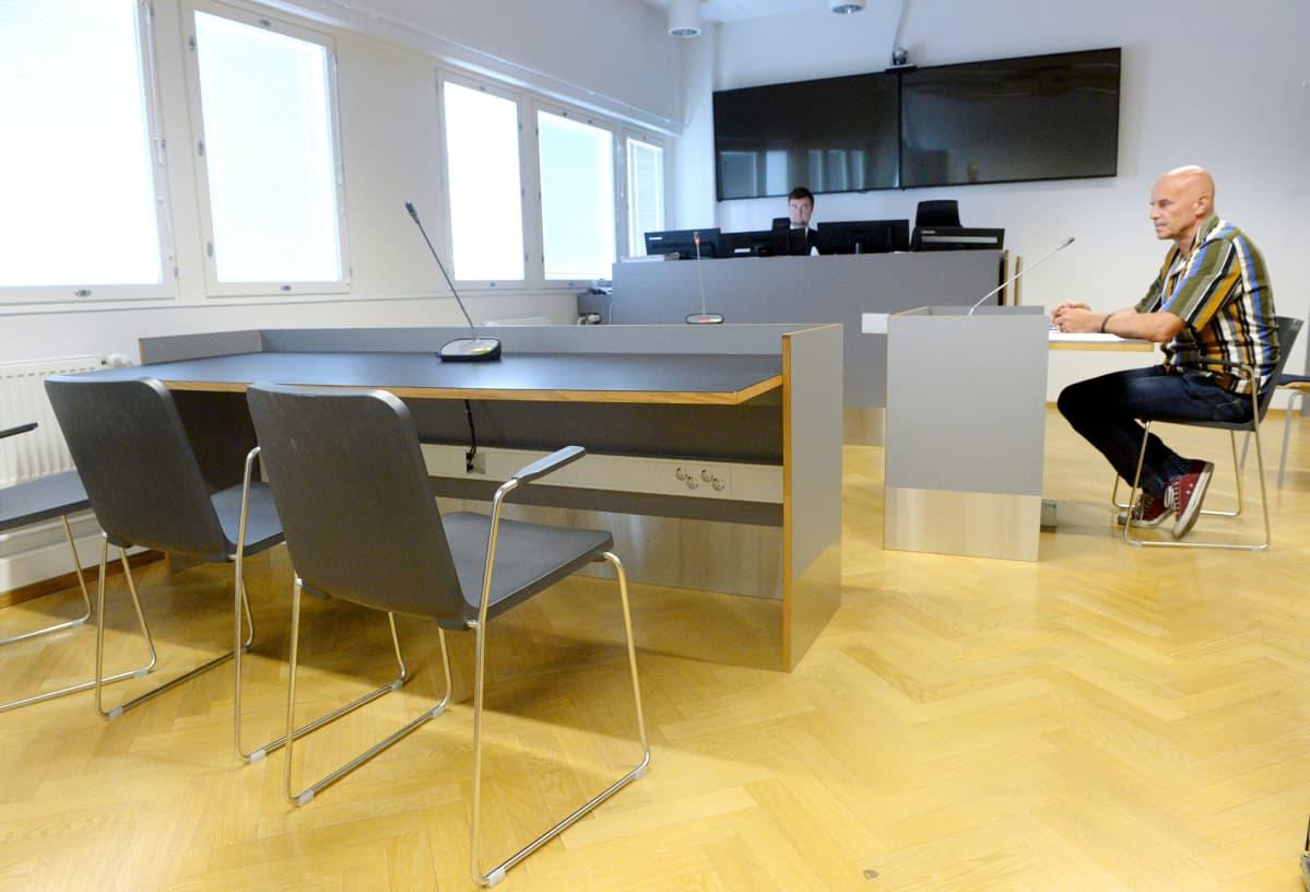 Jukka Larkio istuntosalissa vangitsemisoikeudenkäyntien välissä Pasilan poliisitalolla Helsingissä.