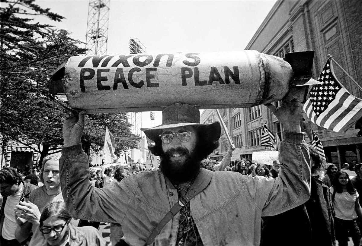 Mielenosoittaja osoittamassa mieltään Vietnamin sotaa vastaan San Fransiscossa.