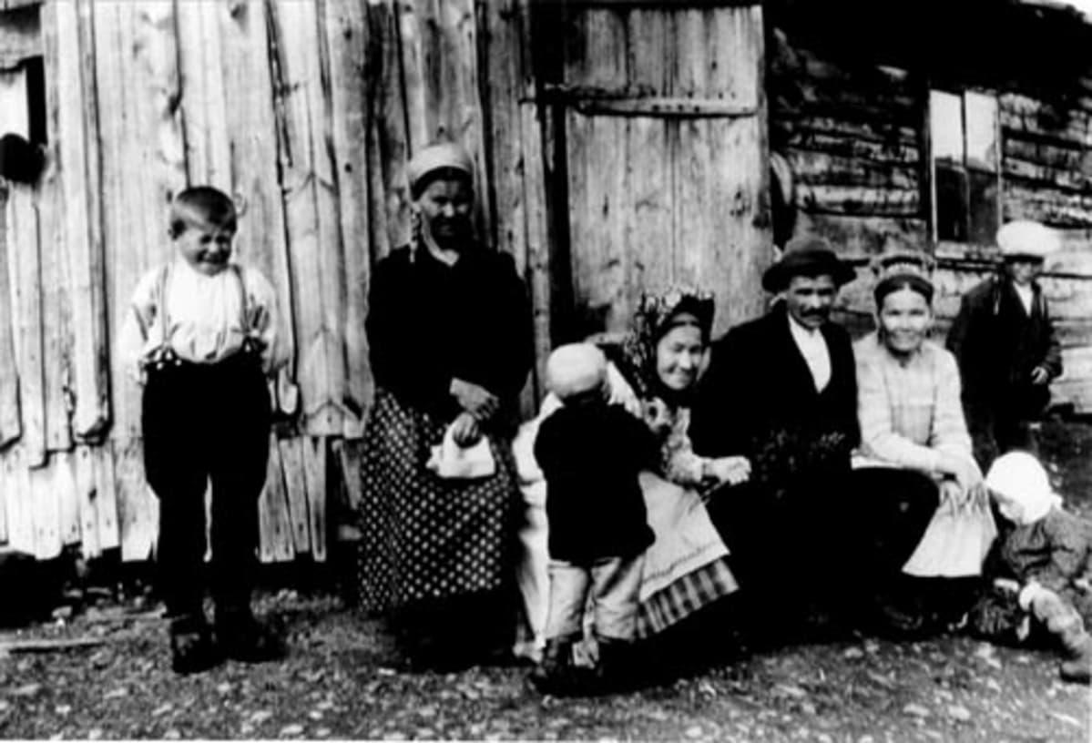 Kolttasaamelaisia Petsamon Kolttakönkäällä vuonna 1929.