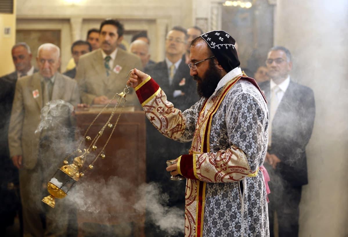 Syyrialainen pappi johtaa messua