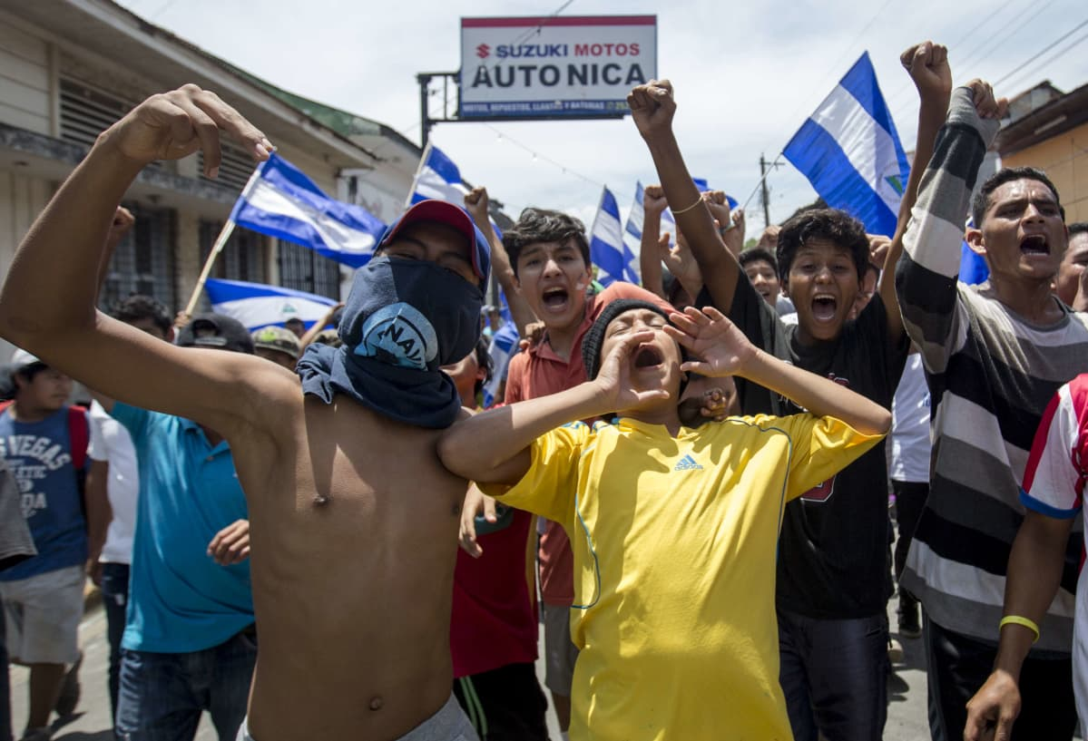 Nuoria mielenosoittajia Masayan kaupungissa Nicaraguassa 13. toukokuuta.