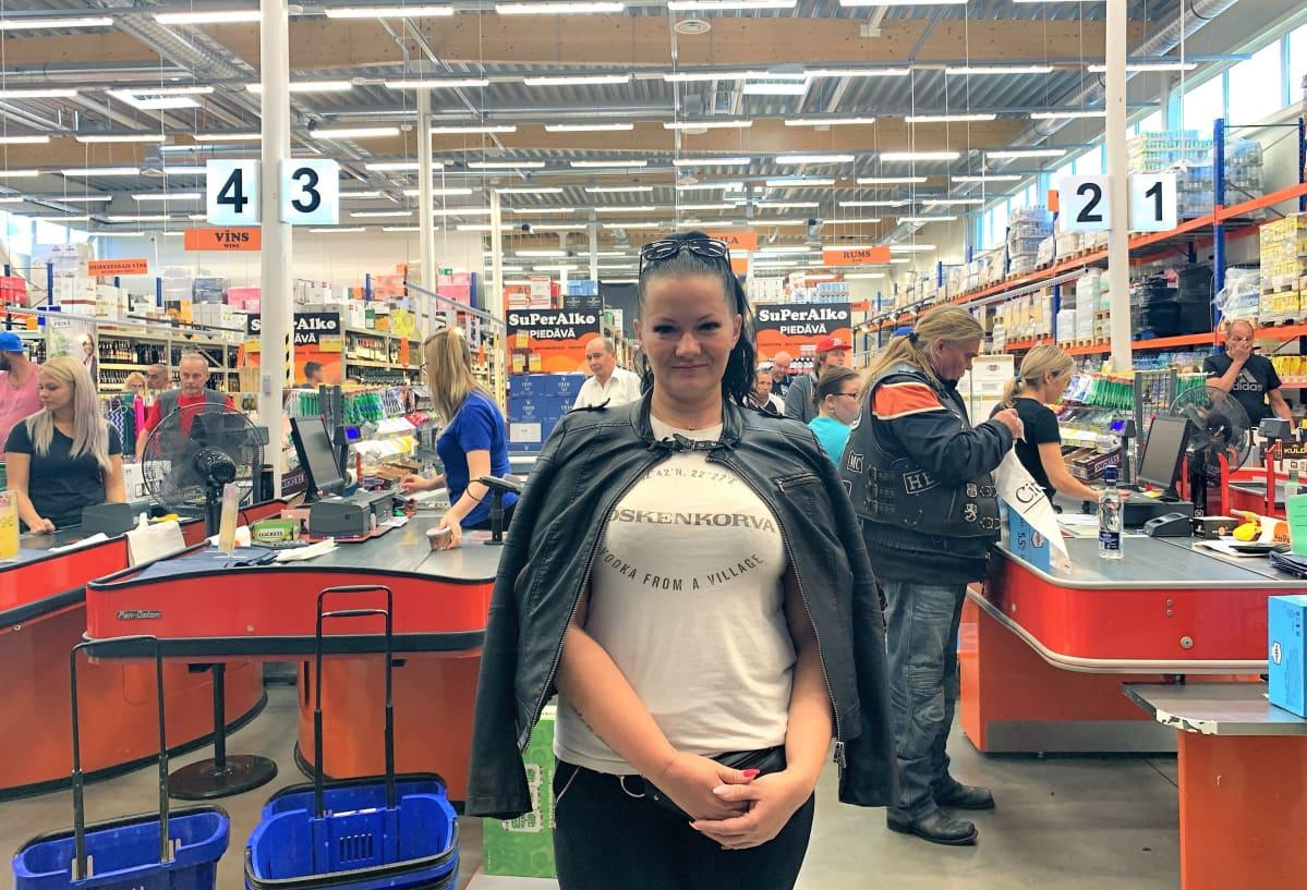Jolanta Branta on Ainazissa sijaitsevan SuperAlko-liikkeen myymäläpäällikkö.