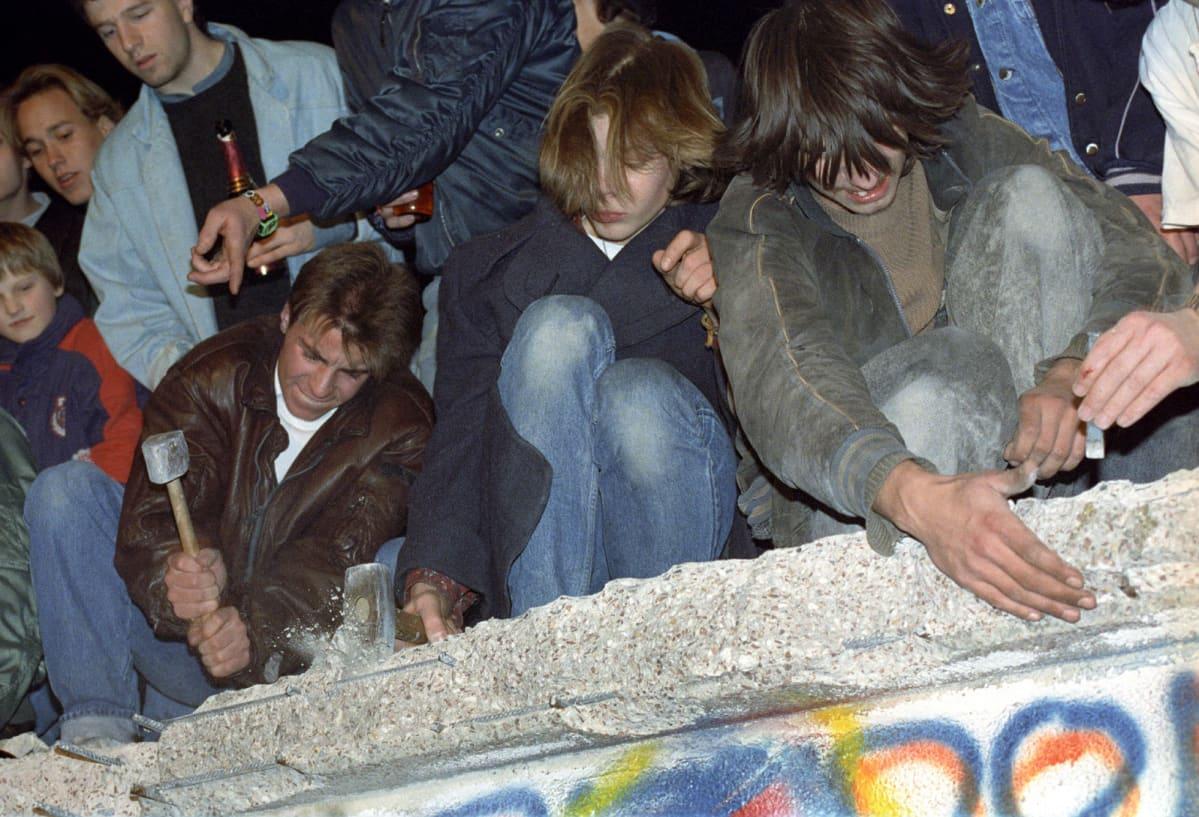 Länsisaksalaisia Berliinin muurin päällä pilkkomassa muuria 10.11.1989