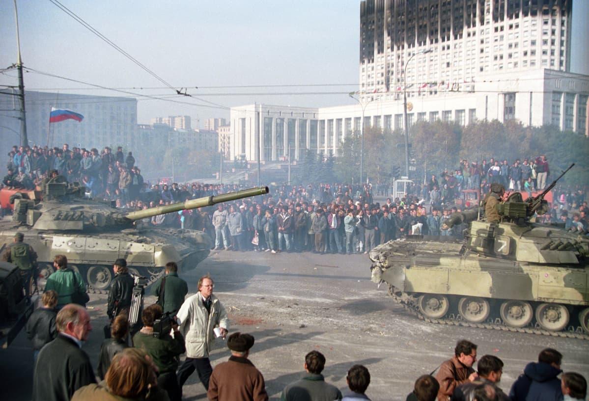 Tankit ja mielenosoittajat Venäjän parlamentin edessä.