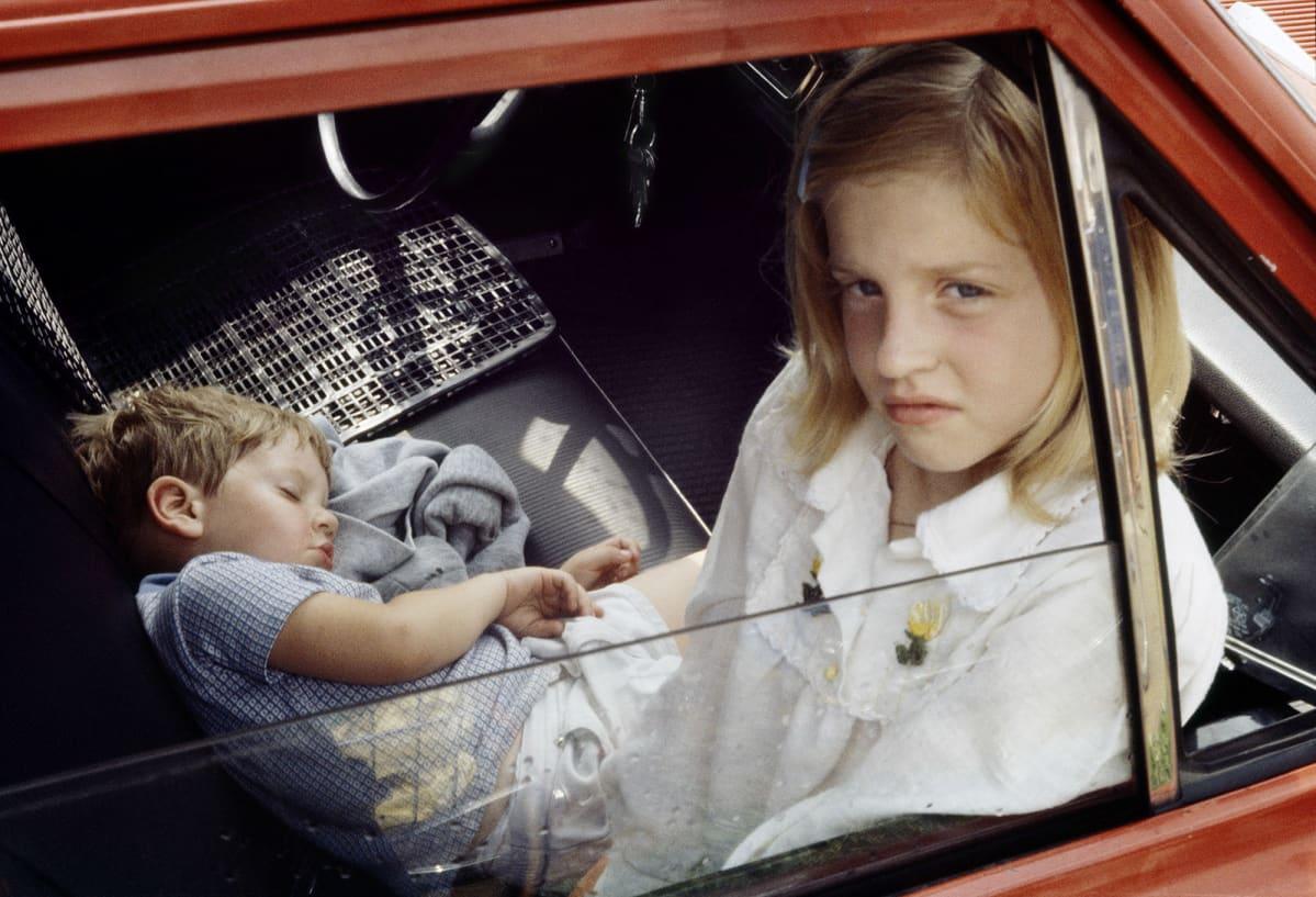Kaksi lasta autossa.