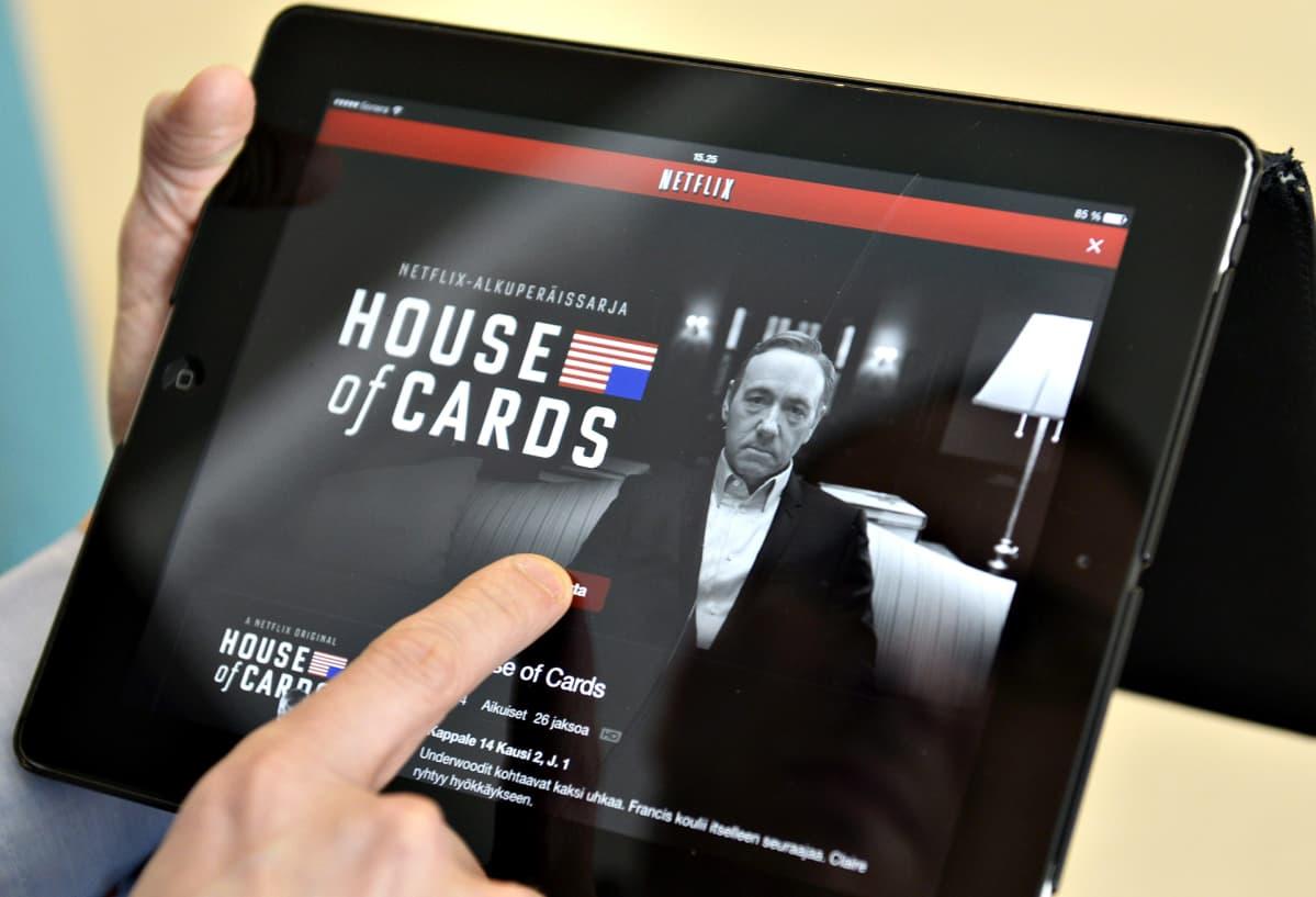 Mies seuraa House of Cards -sarjaa Netflix-palvelussa.