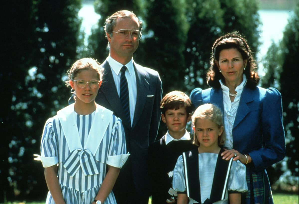 Ruotsin kuninkaallinen perhe, kuningas Kaarle XVI Kustaa ja kuningatar Silvia, kruununprinsessa Victoria , prinssi Carl Philip ja prinsessa Madeleine 8.6.1990.