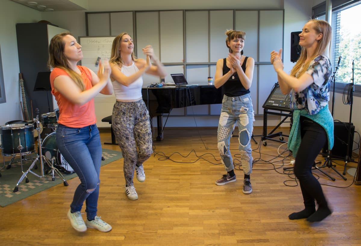 Kansanmusiikkiyhtye Tuuletar harjoittelee Helsingin Musiikkitalossa. Kuvassa vasemmalta Johanna Kyykoski, Venla Blom, Sini Koskelainen ja Piia Säilynoja.