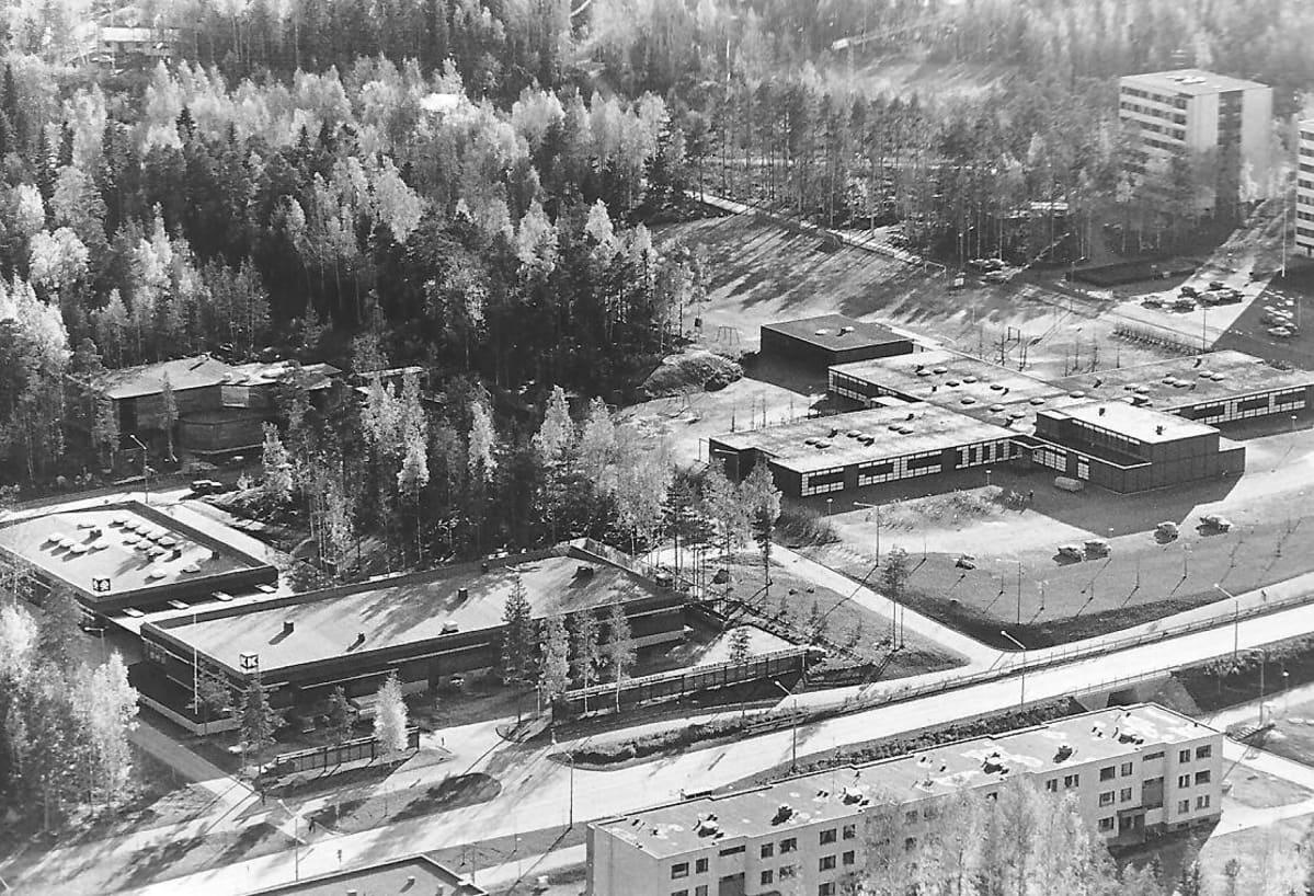 Ristinummen ostoskeskus ja nyt jo purkutöiden alla oleva Ristinummen koulu.