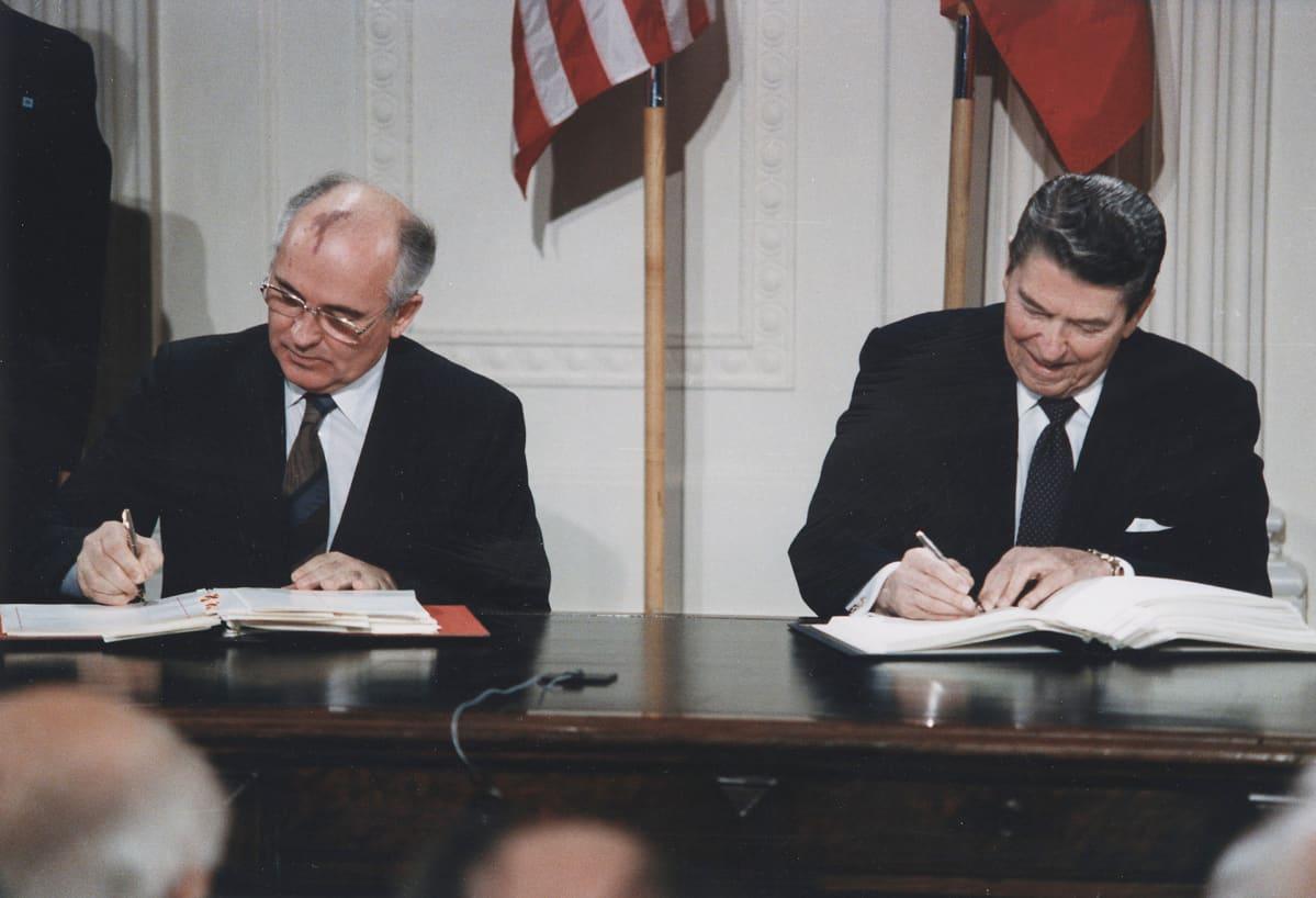 Mihail Gorbatšov ja Ronald Reagan allekirjoittavat sopimusta.