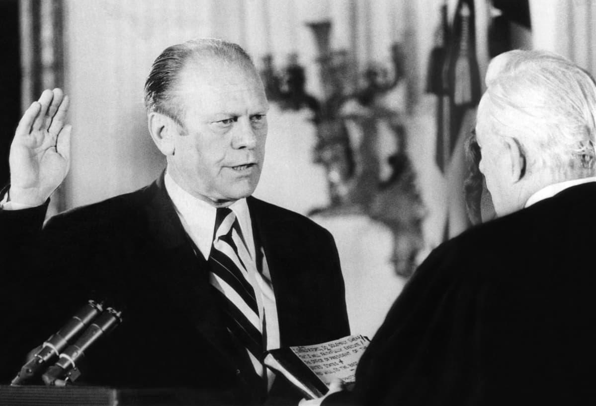 Gerald Ford vannoo presidentin virkavalan vuonna 1974 sen jälkeen kun presidentti Richard Nixon erosi.