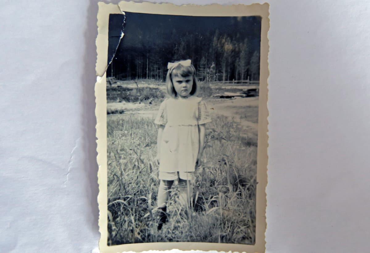 5-vuotias tyttö pellolla vanhassa valokuvassa