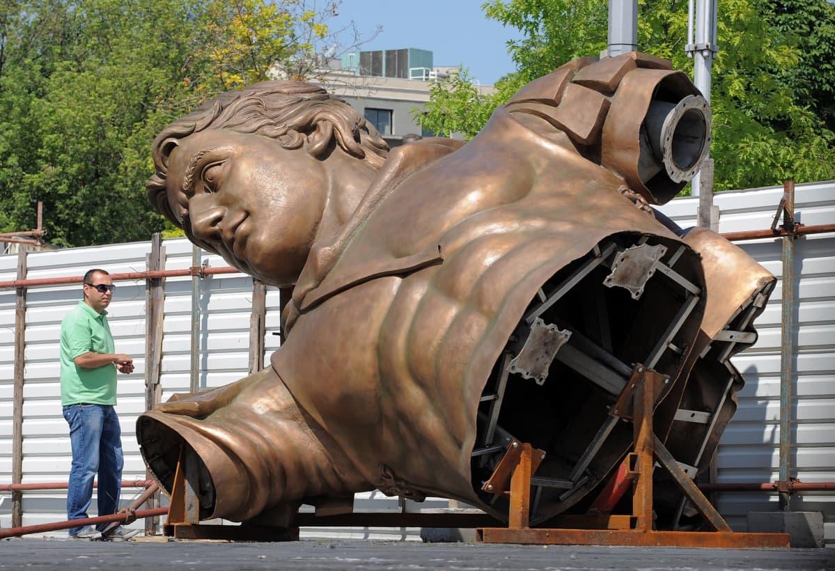 Aleksanteri Suuren patsasta pystytettiin Skopjessa kesäkuussa 2011.
