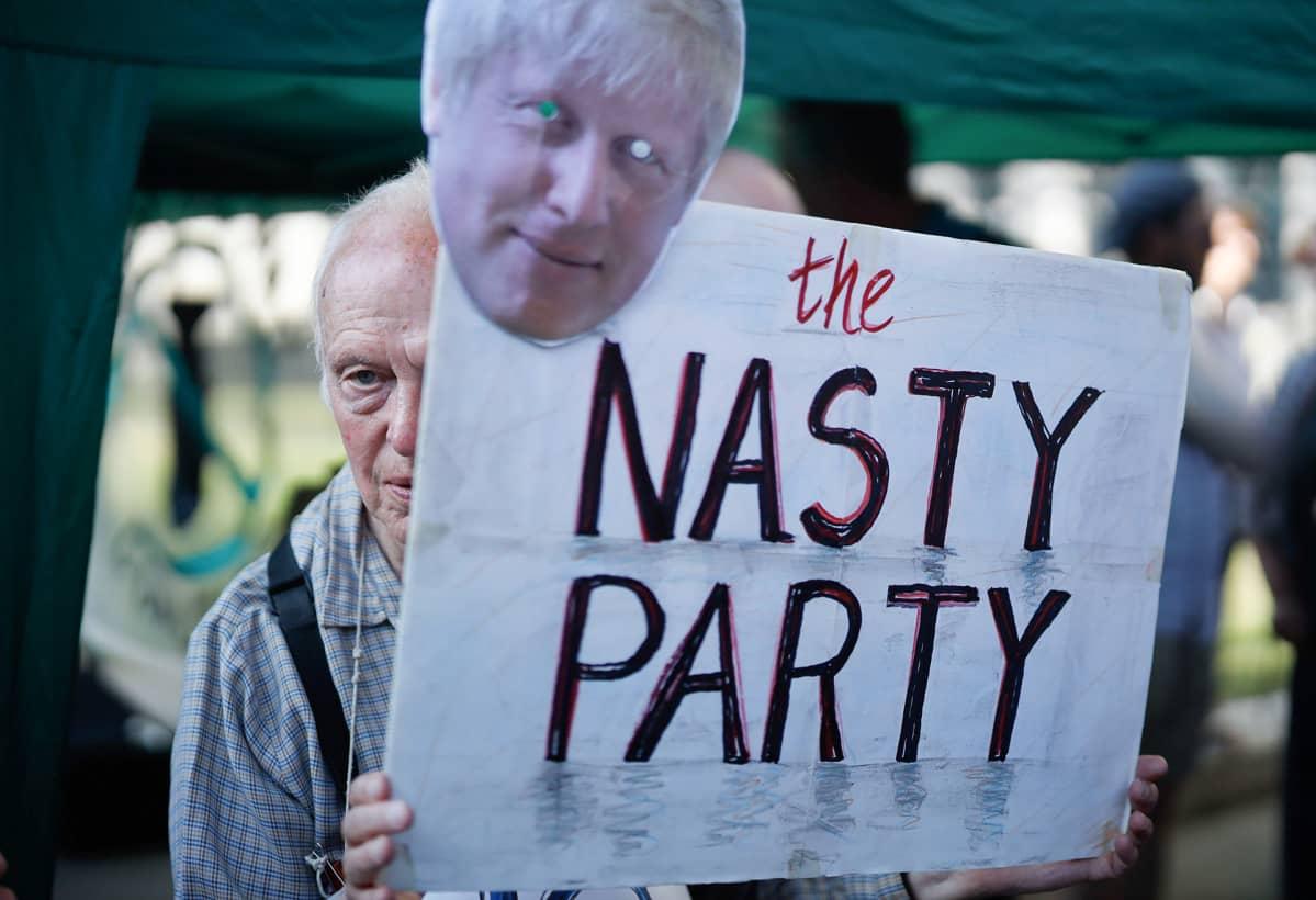 Mielenosoittajat osoittivat mieltään Boris Johnsonia vastaan Downing Streetillä 22. heinäkuuta.
