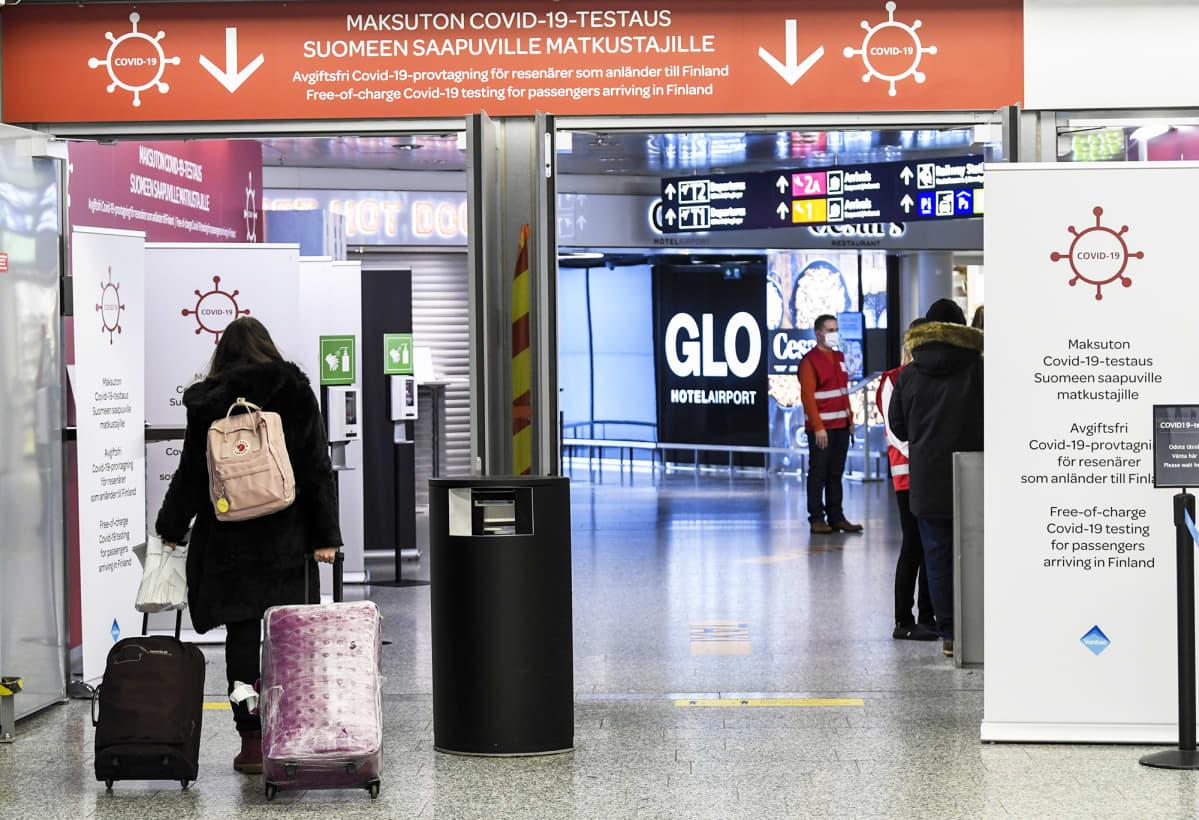 Lentomatkustajia Helsinki-Vantaan lentokentällä.