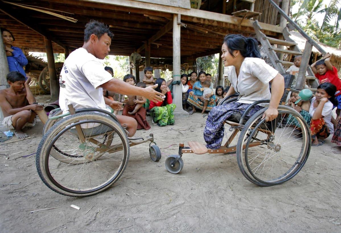 Mies ja nainen pyörätuolissa