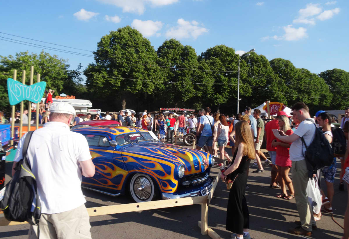 Autonäyttely Gorkin puistossa.