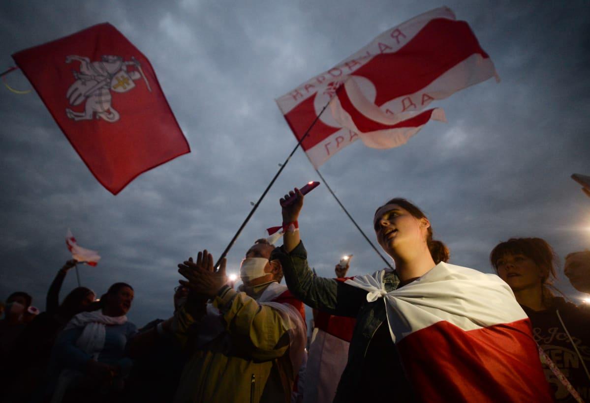 Mielenosoittajat vastustivat poliisiväkivaltaa ja Valko-Venäjän presidentinvaalien tulosta Minksissä 20. elokuuta 2020.