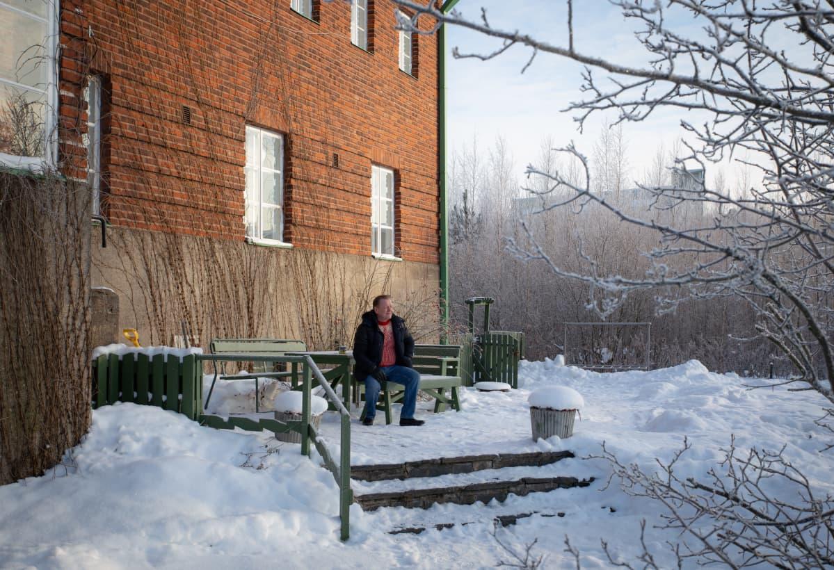 Kokemusasiantuntija Hannu Ylönen istuu Vantaa A-Kilta ry:n terassilla helmikuussa 2021.