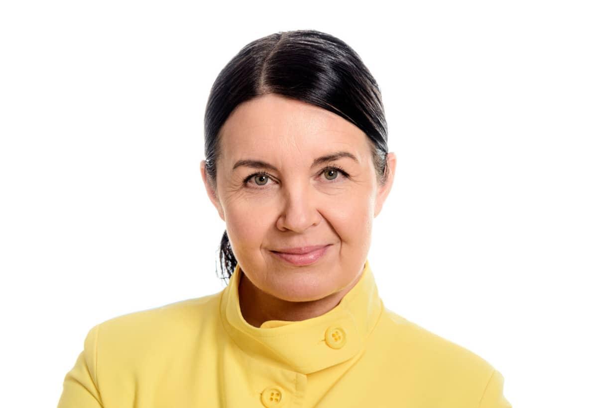Nainen keltaisessa puvussa.