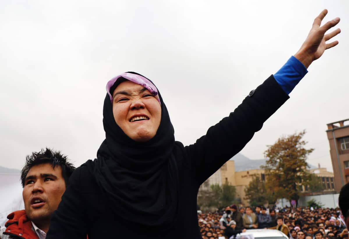 Kuvassa hazaranainen osoitaa mieltään hautajaisissa. Hänen vasen kätensä on pystyssä.