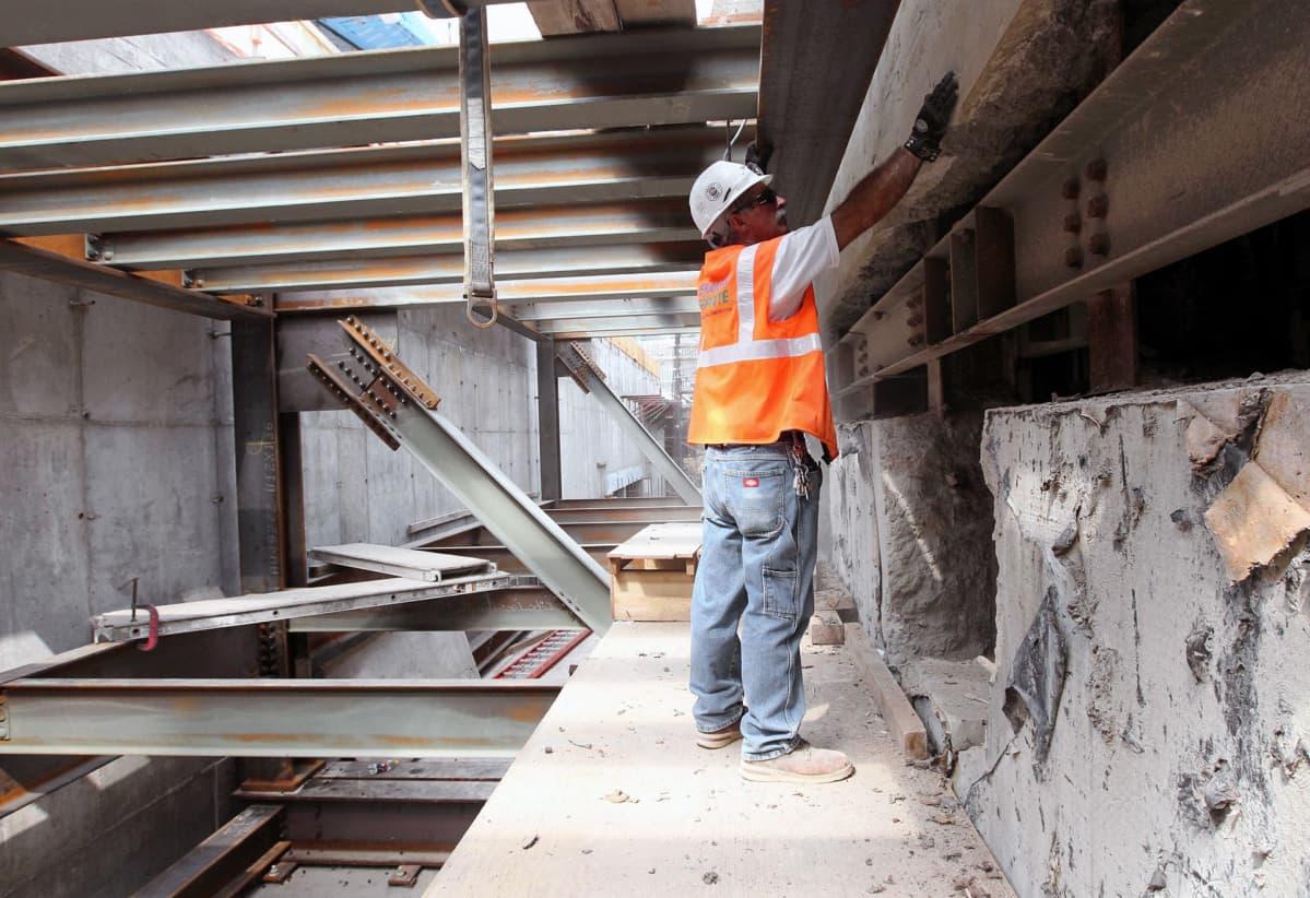 Damian McShane esittelee kunnostustöiden alla olevaa Cortland Street metroasemaa.