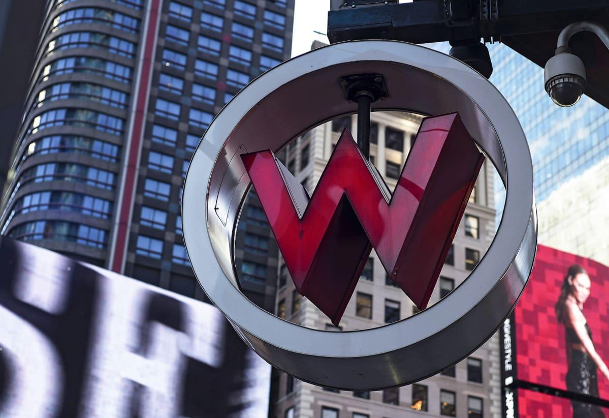 Kuva W hotellin logosta joka kuuluu Marriott -hotelliketjuun