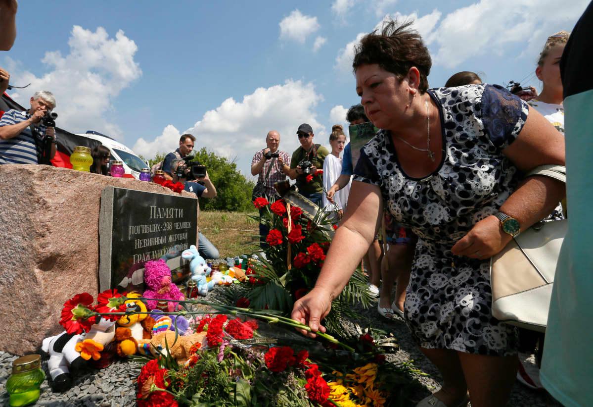 Muistokukkasia MH17 alas ammutun malesialaiskoneen uhreille.