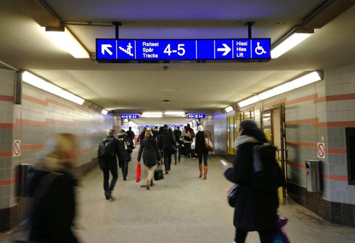Matkustajia Tampereen asematunneilissa