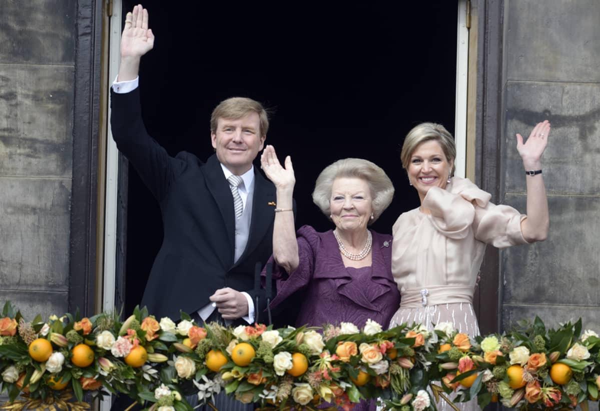 Hollannin uusi kuningas Willem-Alexander, prinsessa Beatrix ja uusi kuningatar Maxima.