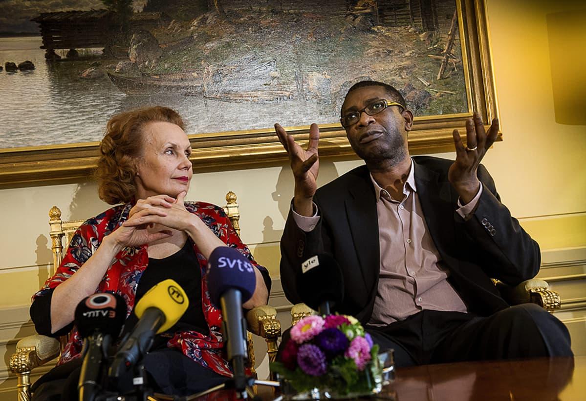 Kaija Saariaho ja Youssou N'Dour lehdistötilaisuudessa Tukholmassa 26. elokuuta.