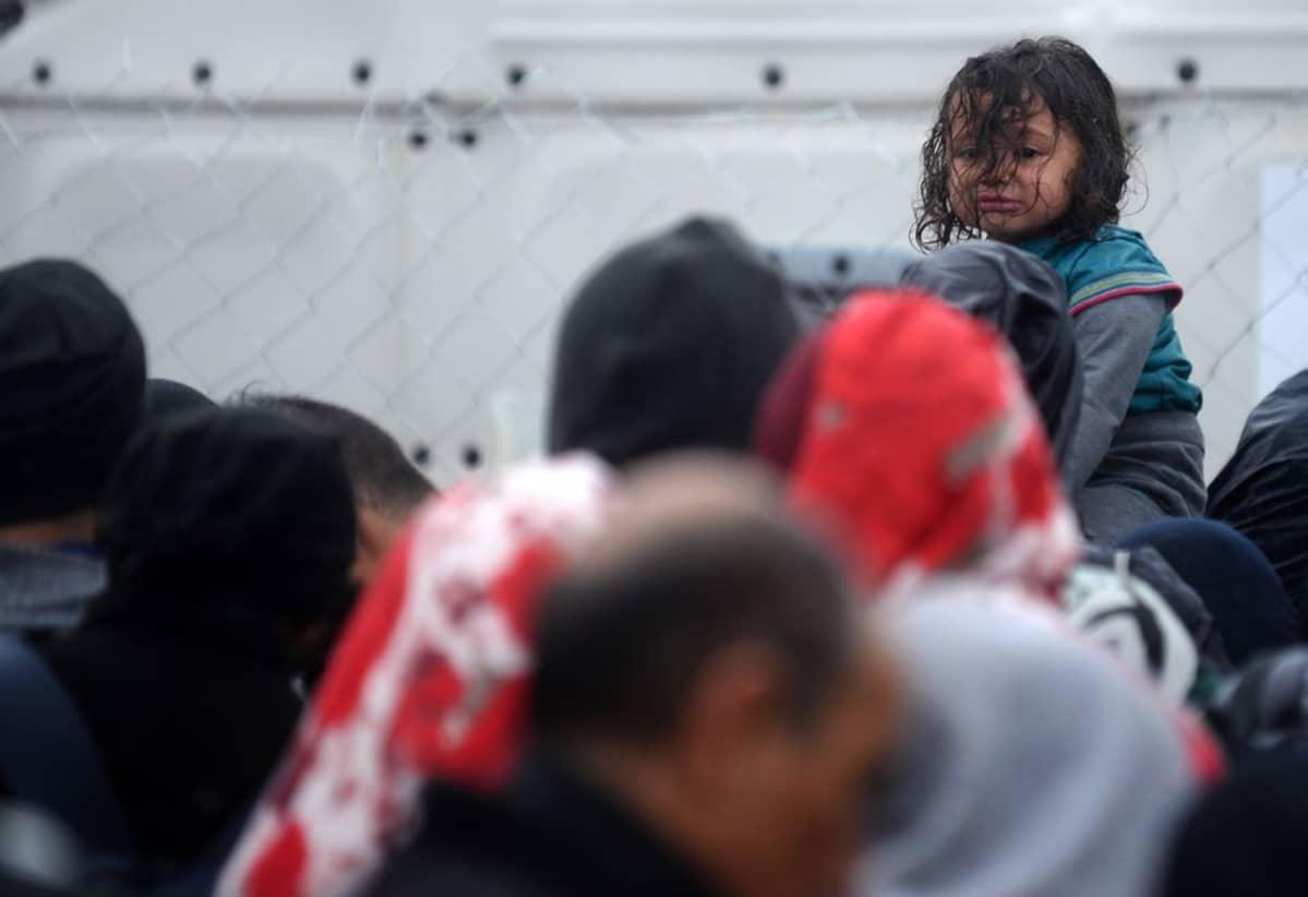 Tyttö itkee odottaessaan pääsyä rautatieasemalle pakolaisleirillä.