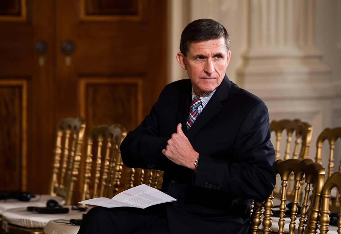 Michael Flynn kaivaa povitaskuaan.