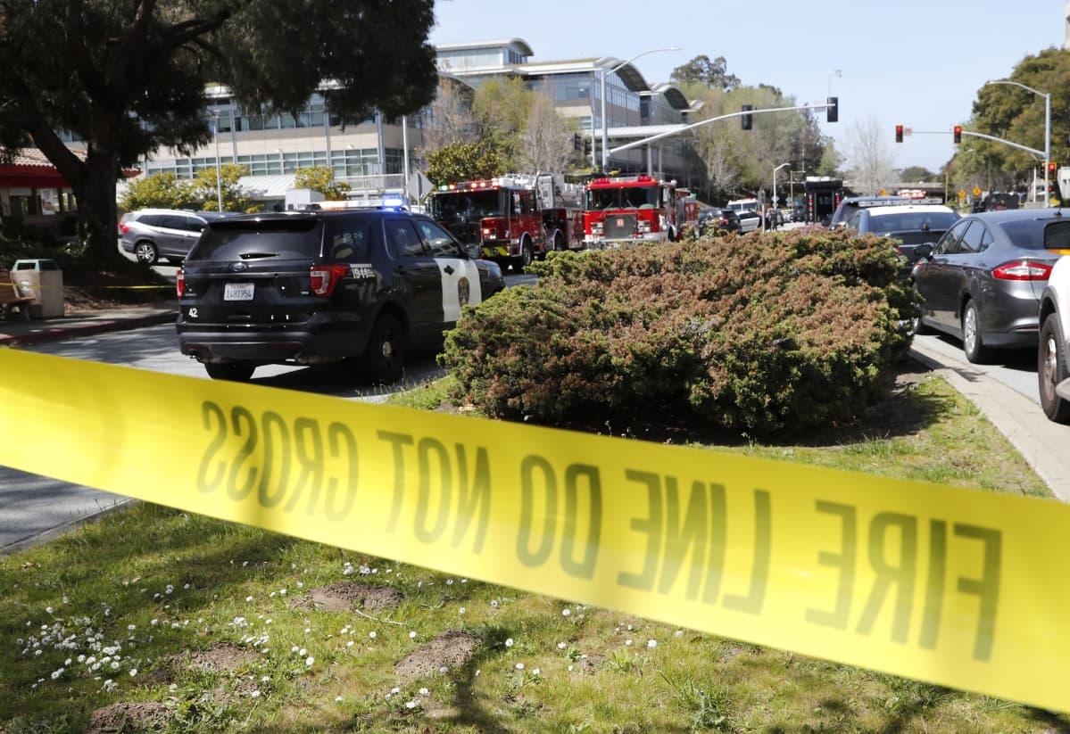 Hälytysajoneuvoja kadulla YouTuben pääkonttorin edessä San Brunossa, Kaliforniassa.