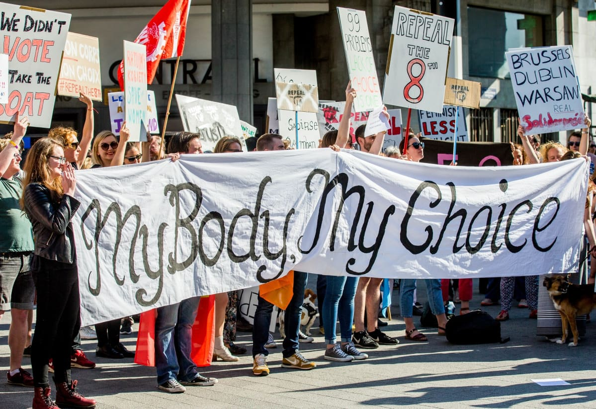 Irlannin aborttilain vastustajia Belgiassa.