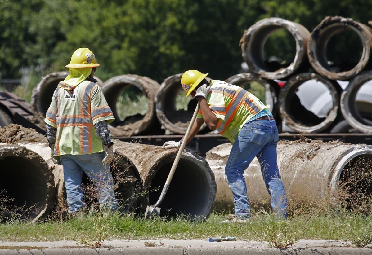 Rakennustyömiehiä Teksasin Gun Barrel Cityssa 19. heinäkuuta.