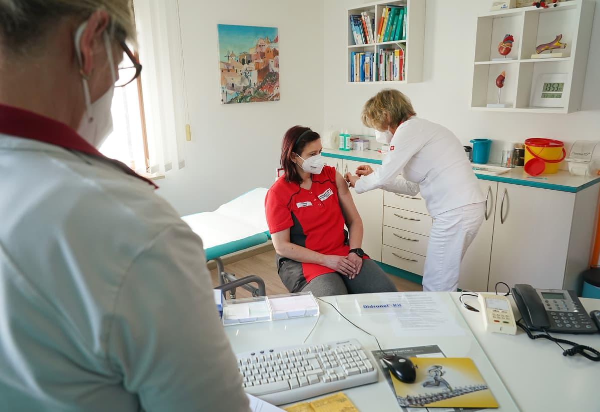 Terveydenhuollon henkilökunnan jäsentä rokotetaan Saksassa.