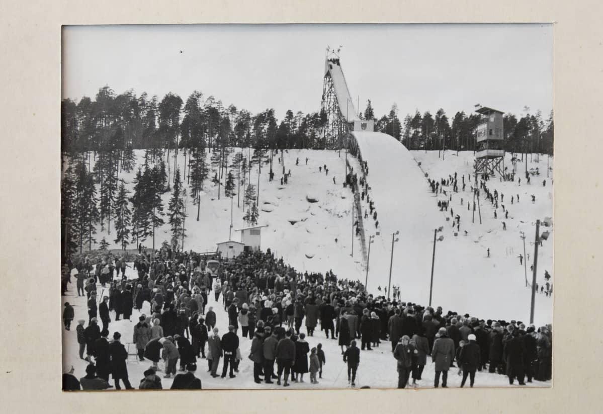 Vanha kuva Kajaanin hyppyrimäestä.