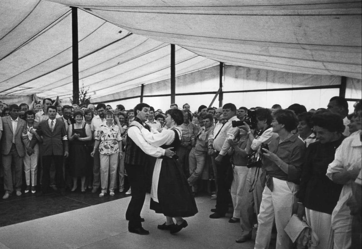 Paavo Väyrynen ja Tytti Isohookana-Asunmaa tanhuavat Keskustan puoluekokouksessa kesäkuussa 1986.
