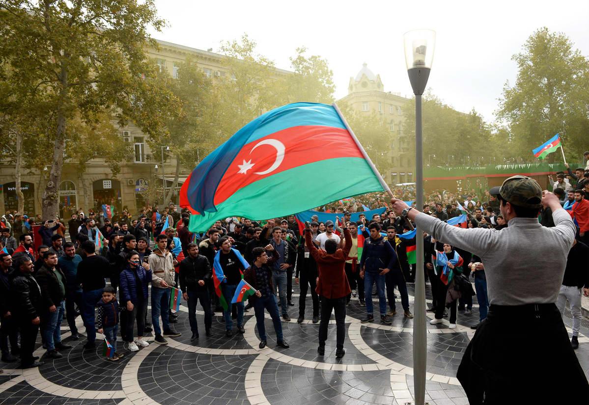 Azerbaidzanilaiset juhlivat tulitaukoa voittonaan Bakun kaduilla.
