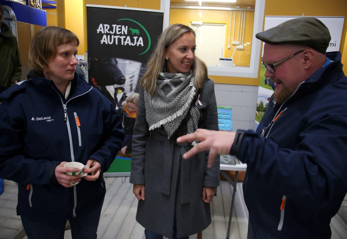 Kansanedustaja Sandra Bergqvist tutustuu uuteen poihattoon Paraisilla