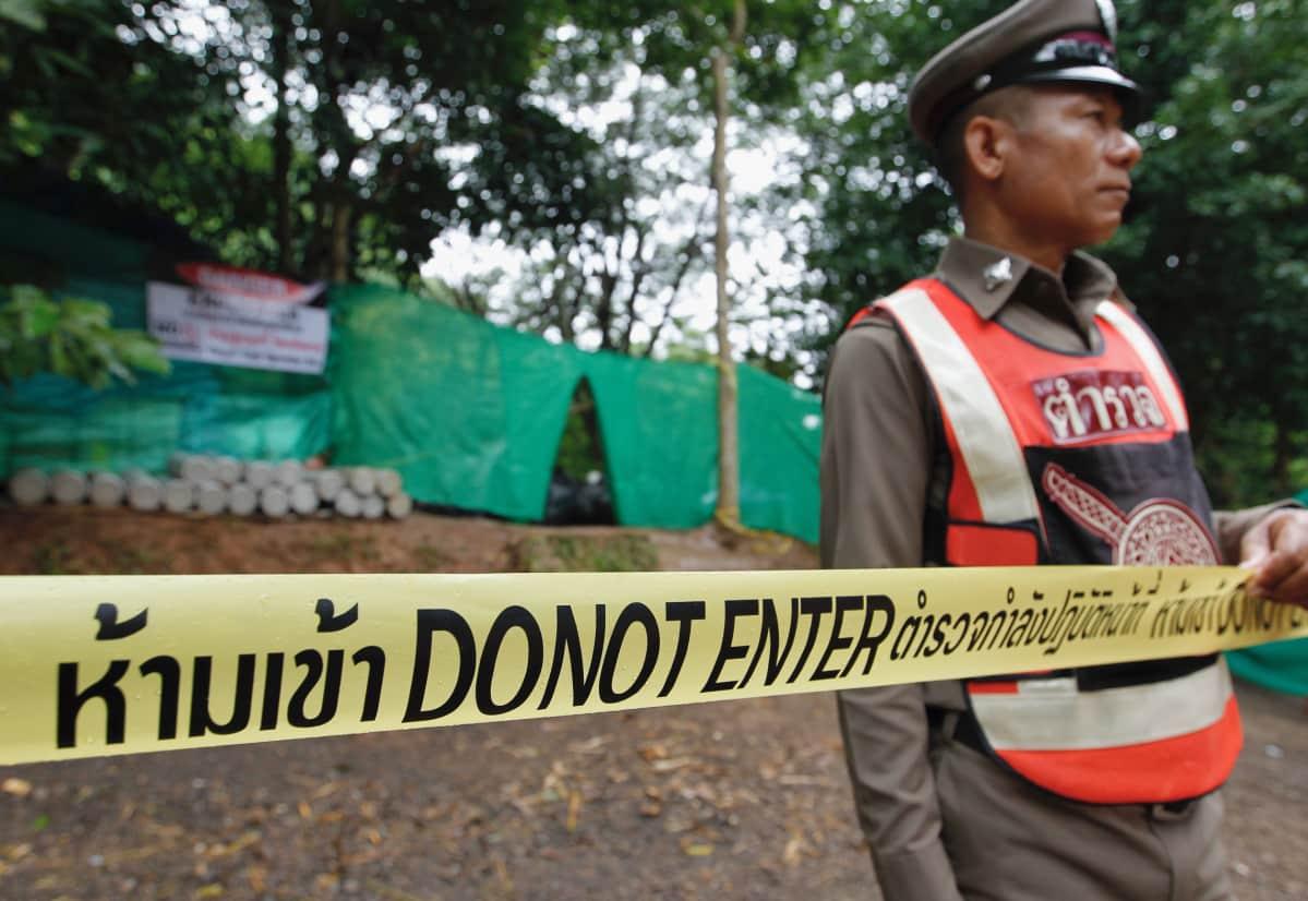 Viranomaiset ovat käskeneet median edustajia ja muita pelastusoperaation kannalta tarpeettomia ihmisiä poistumaan luolan uloskäynnin lähettyviltä.