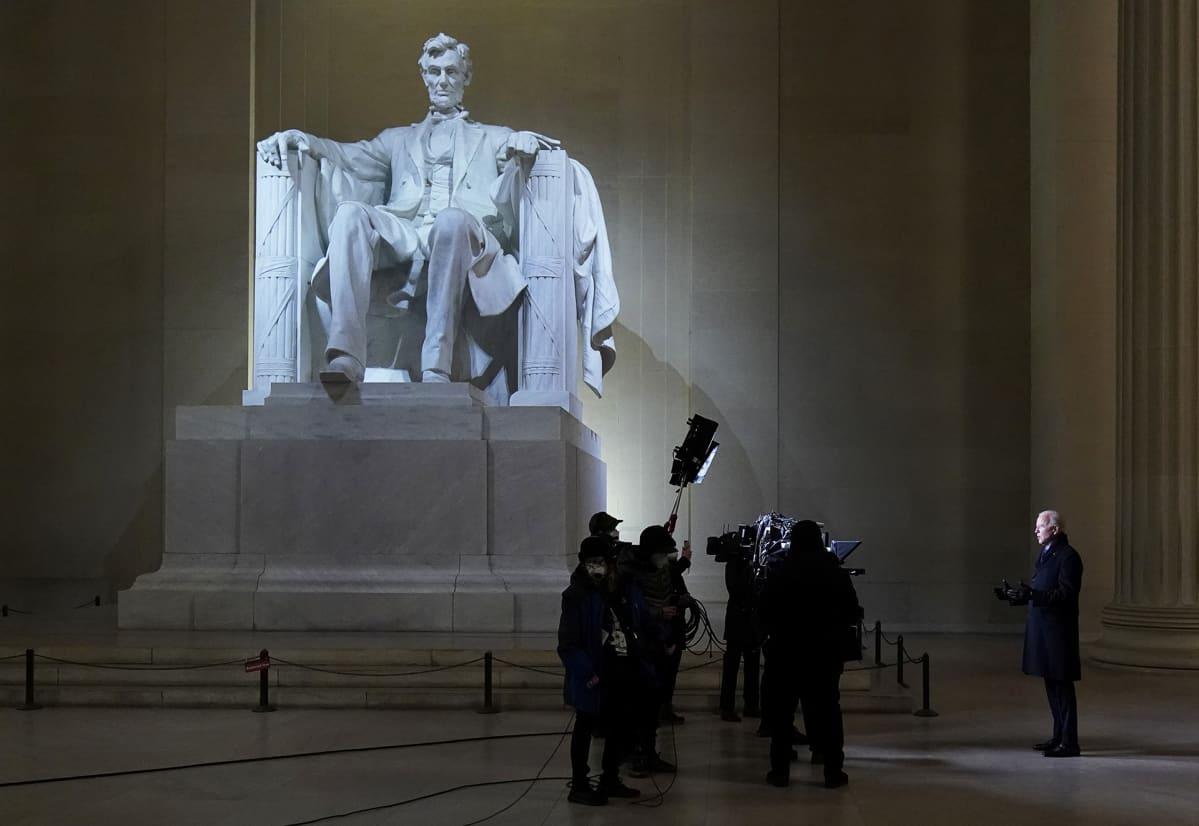 Presidentti Joe Biden antaa haastattelua Lincoln Memorialilla Washingtonissa.