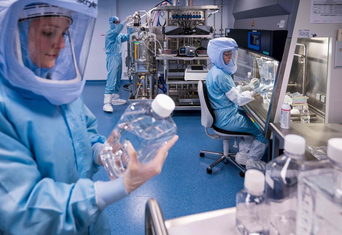 Suojapukeiset työntekijät testaavat koronavirusrokotteen tuotantoa Biontechin tehtaassa Marburgissa, Saksassa.