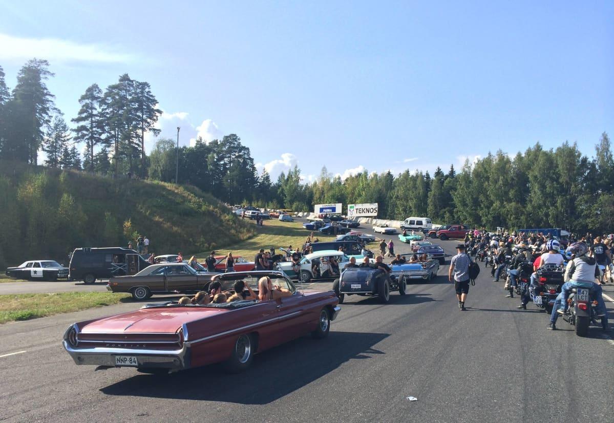 LinnaCruising -tapahtuman autot ja moottoripyörät jonottavat lähtöportille.