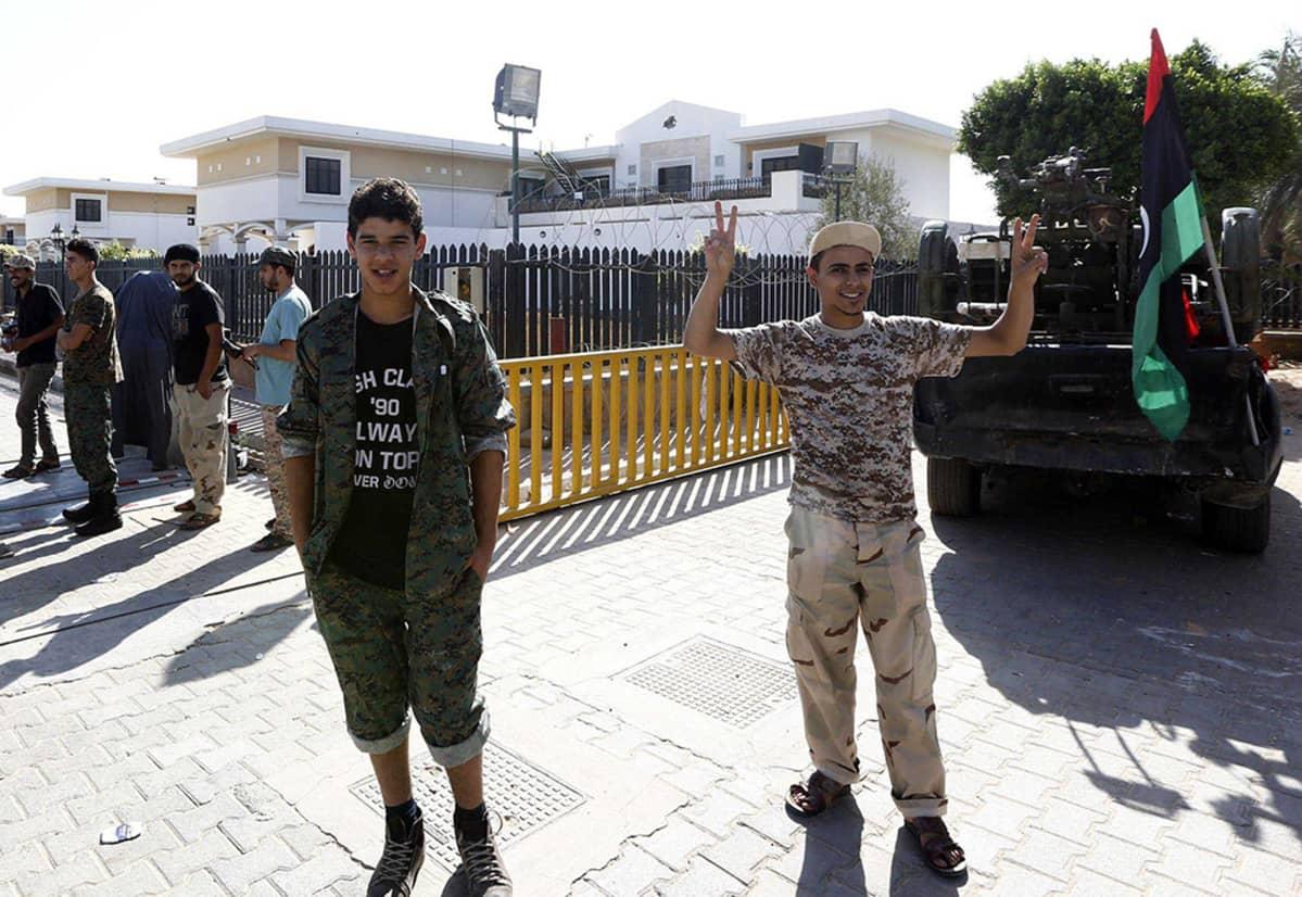 Islamistiryhmä Fajr Libyan jäseniä Yhdysvaltain lähetystön asuntojen edustalla.