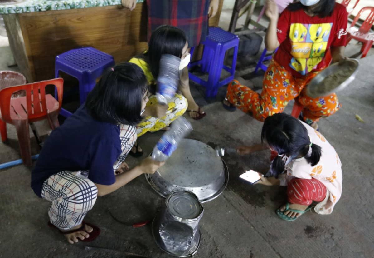 Lapset rummuttivat kattiloita ja patoja Yangonissa torstaina.