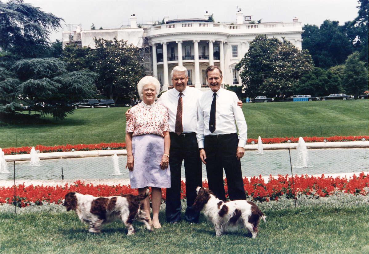 Bushit ja Jeltsin Valkoisen talon edessä