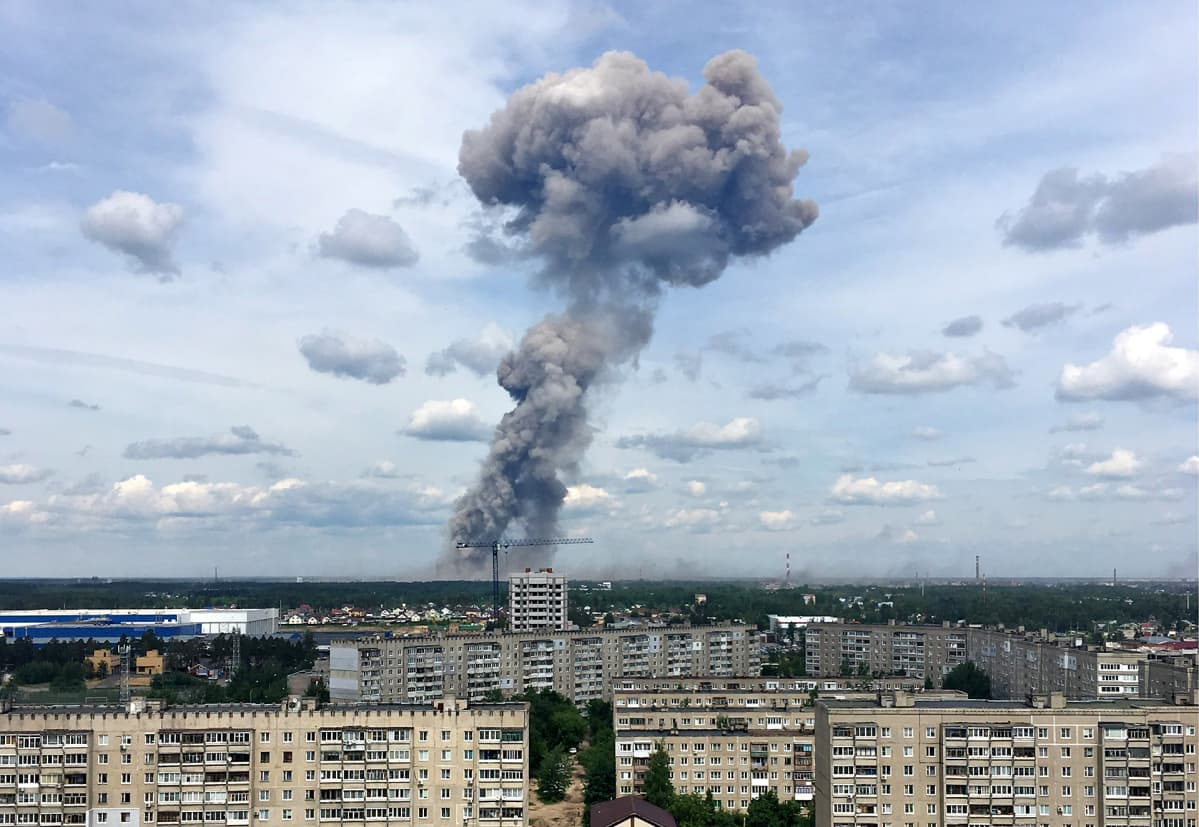 Tumma pilvi on noussut Dzerzhinskin kaupungin yläpuolelle.
